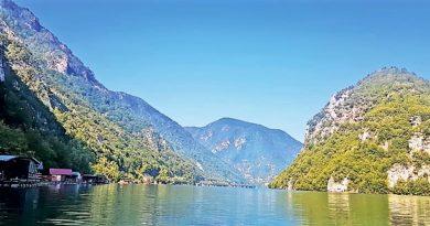 Екологија - сплавави на језеру Перућац, викендице на Тари