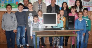Бивши ђаци поклонили компјутер својој школи на Пашиној Равнии