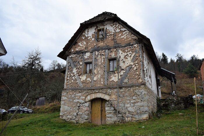Трошна кућа у којој живи трочлана породица Матић