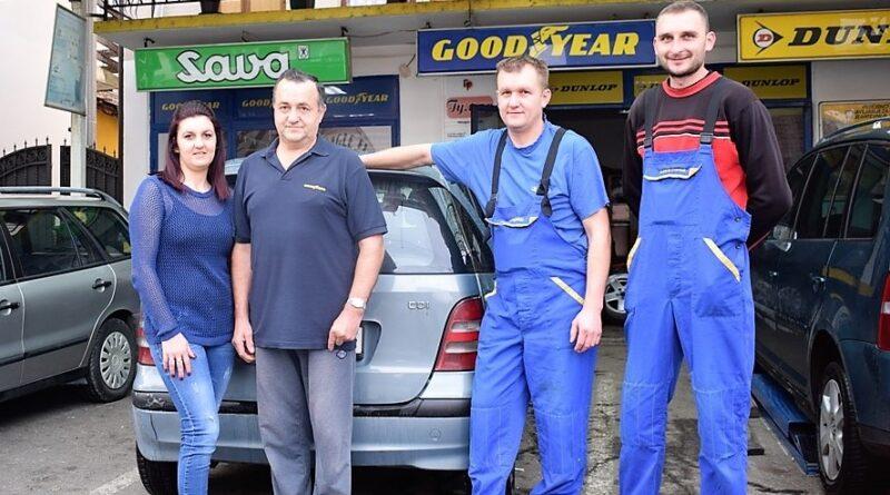 Мићо са сином и ћерком и радником Љубаном Илићем