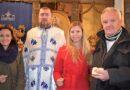 Добитници новчића у чесници са свештеником Владетом Никитовићем
