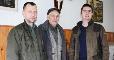 Perisa Jakovljevic sa upravnikom lovista LU Soko Milanom Leontijevicem i lovocuvarom Zoranom Petkovicem