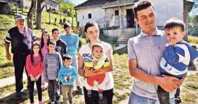 Снежа и Раде Радивојевић са својим малишанима, ту је и деда Бошко