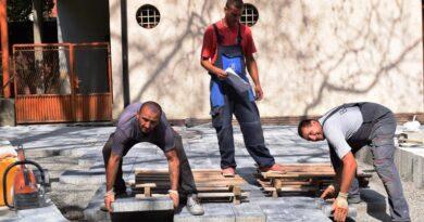 Постављање плоча на Градском тргу