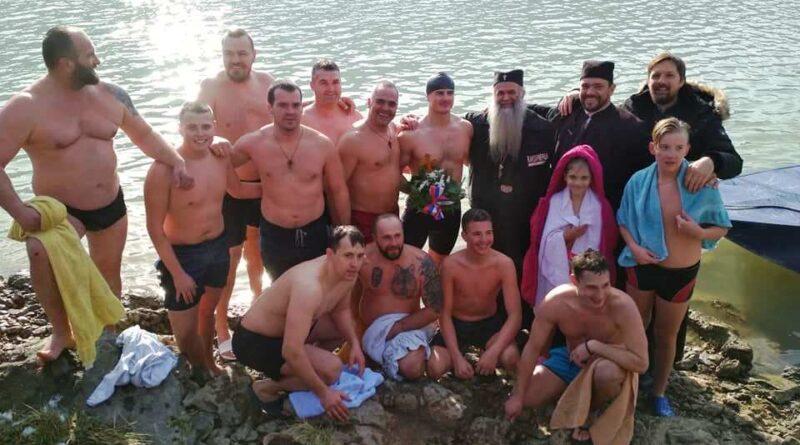 Учесници овогодишњег пливања за Часни крст