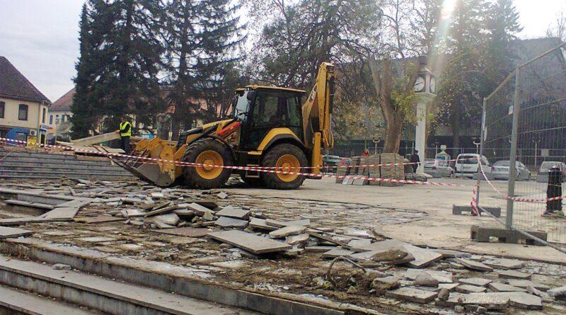Уклањање бетонских плоча са Трга