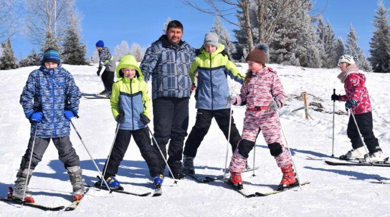 Милош Злопорубовић са групом скијаша почетника