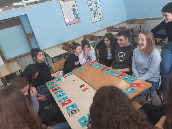 Гимназија - грађанско васпитање, Дрштвена игра