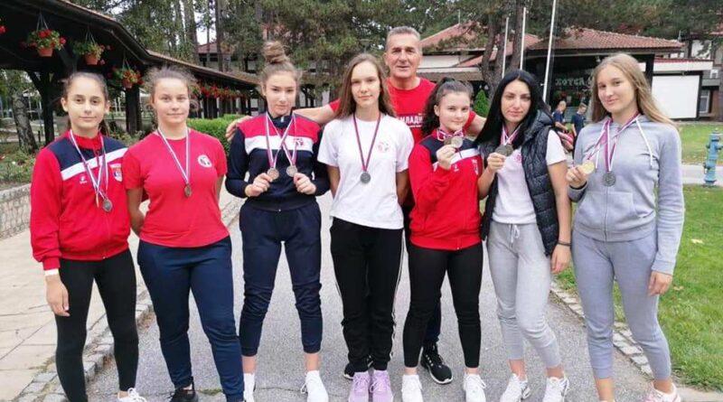 Каратисткиње Омладинца са тренером Миленком Ордагићем