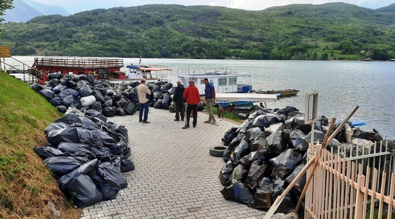 Из језера извађено 50о џакова разног смећа