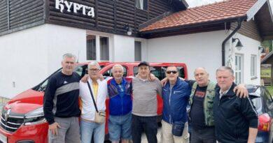 """Партизанови ветерани са са Рајком Вукајловићем , власником ресторана """"Курта"""""""