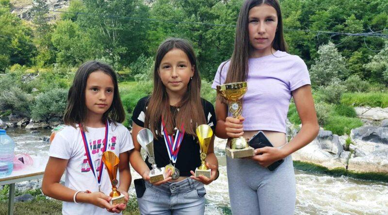 Кајакашице Дрине са освојеним медаљама