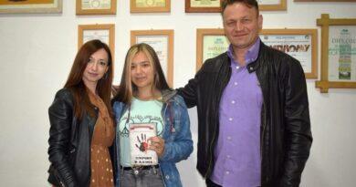 Виолета са професорком Сањом Савић и директором школе Радом Јездићем