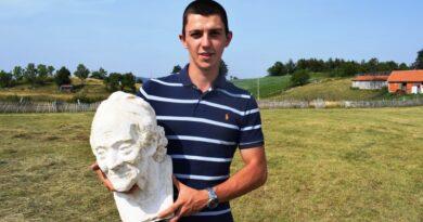 Дарко са скулптуром намењеној Кеновој галерији