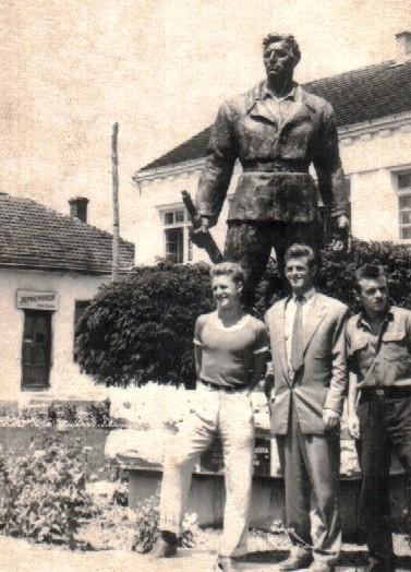 Место за састајање и фотографисање Бајинобаштана. Фудбалери Мића Давидовић, Милош Милутиновић и Радомир Драгојловић - Паче 1960. г.
